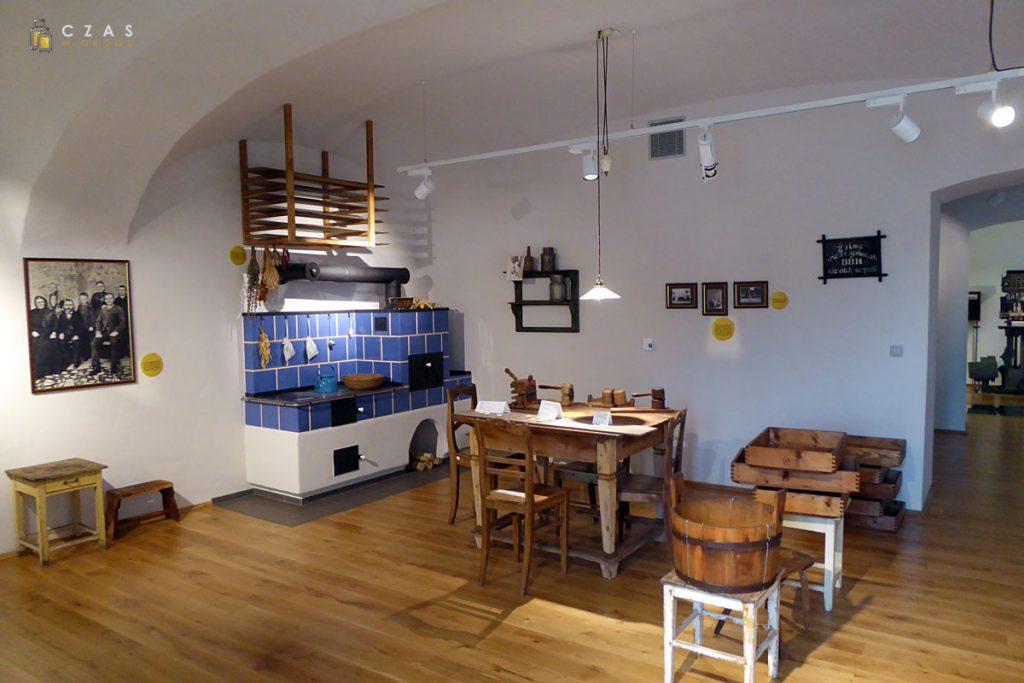 Replika dawnej kuchni z narzędziami do wyrobu serków