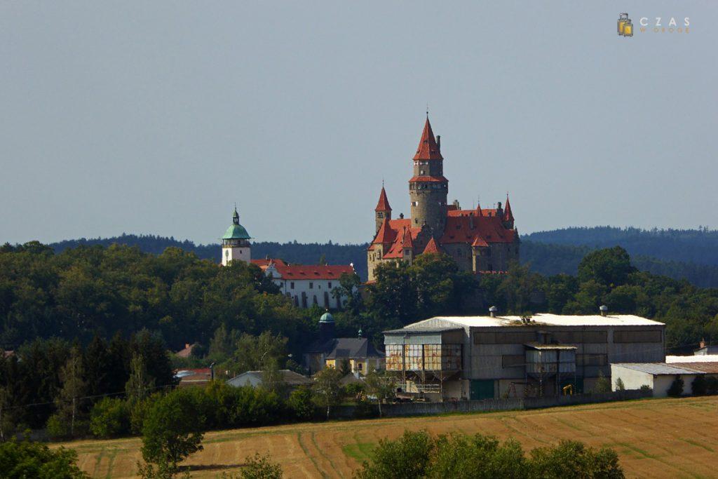 Zamek Bouzov widziany z oddali. Niestety pierwszy plan nie porywa ;)