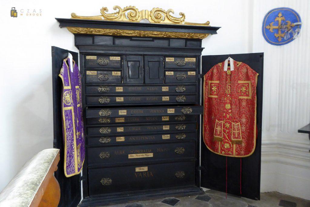 Zabytkowa szafa na szaty liturgiczne