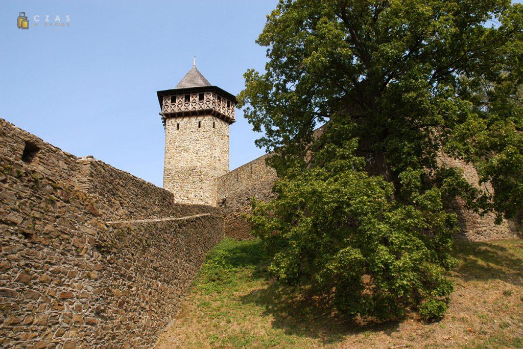 Mury zamkowe z wieżą obronną