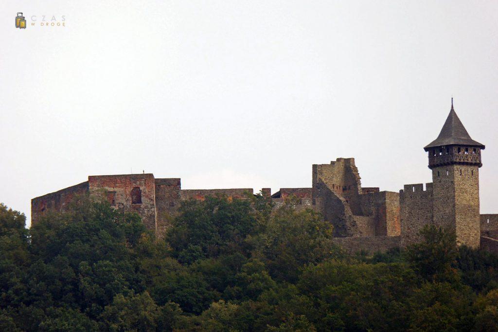 Zbliżenie na zamek z odległości kilku kilometrów