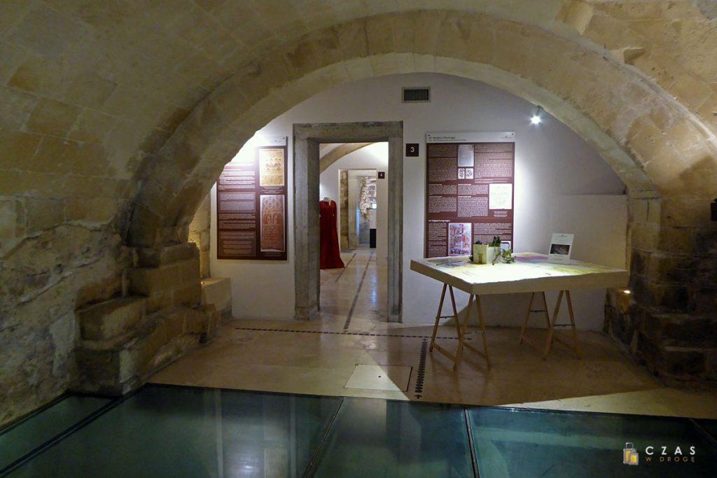Palazzo Taurino - pod szklaną podłogą znajdują się pozostałości mykw