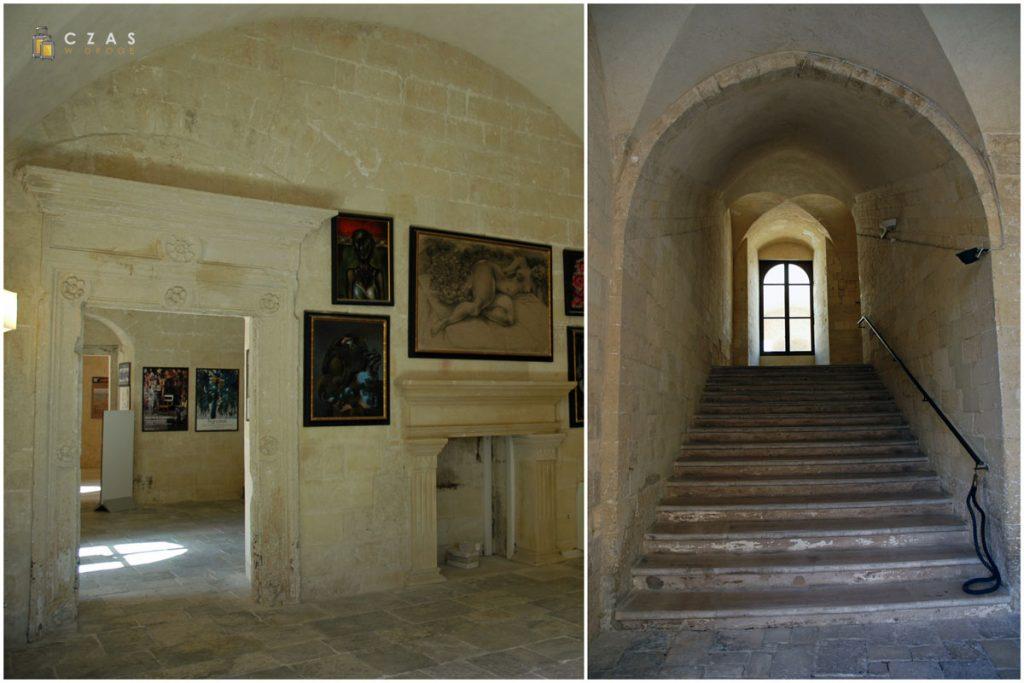 Zamek - jedna z sal wystawowych / Schody na pierwszy poziom