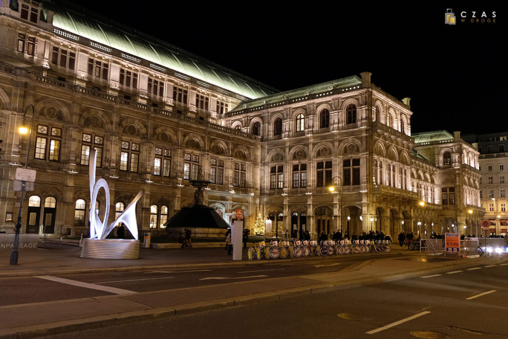 Ładnie podświetlony budynek opery wiedeńskiej