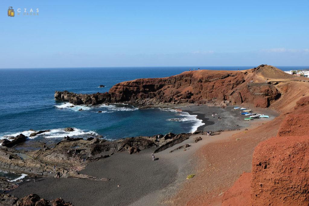 Widok z punktu widokowego na plażę przy El Golfo