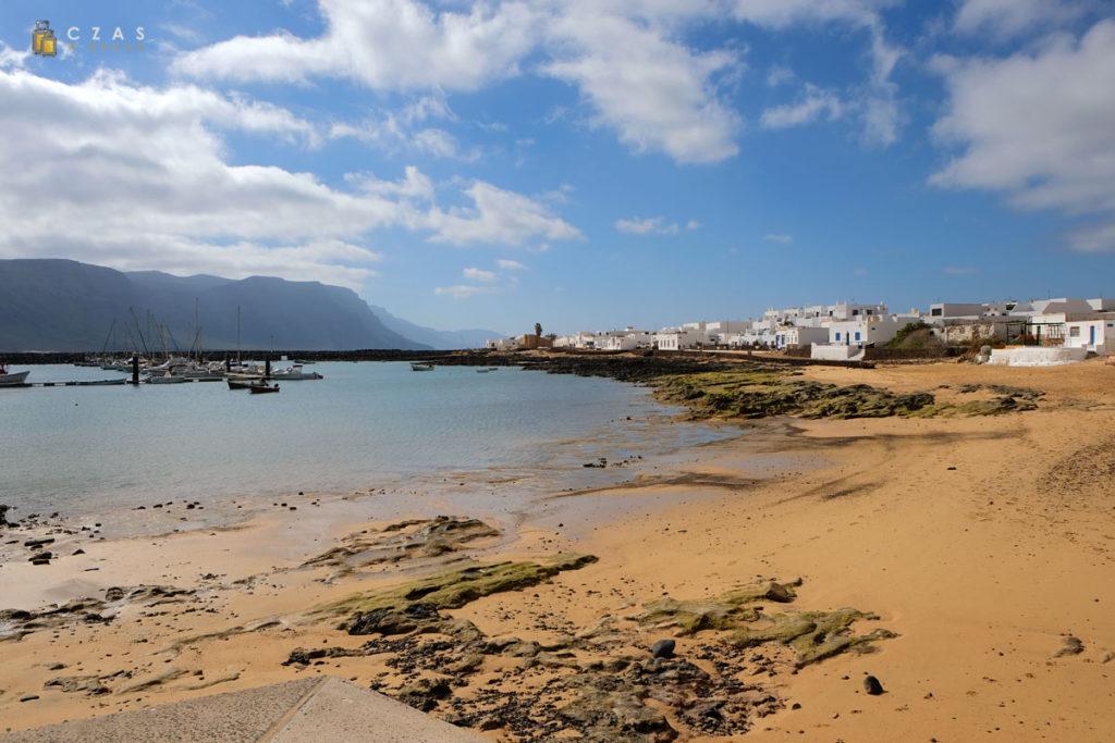 Plaża przy porcie w Caleta del Sebo