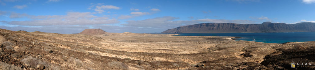Panorama Graciosy ze zboczy Montaña Amarilla. W tle oczywiście Lanzarote.