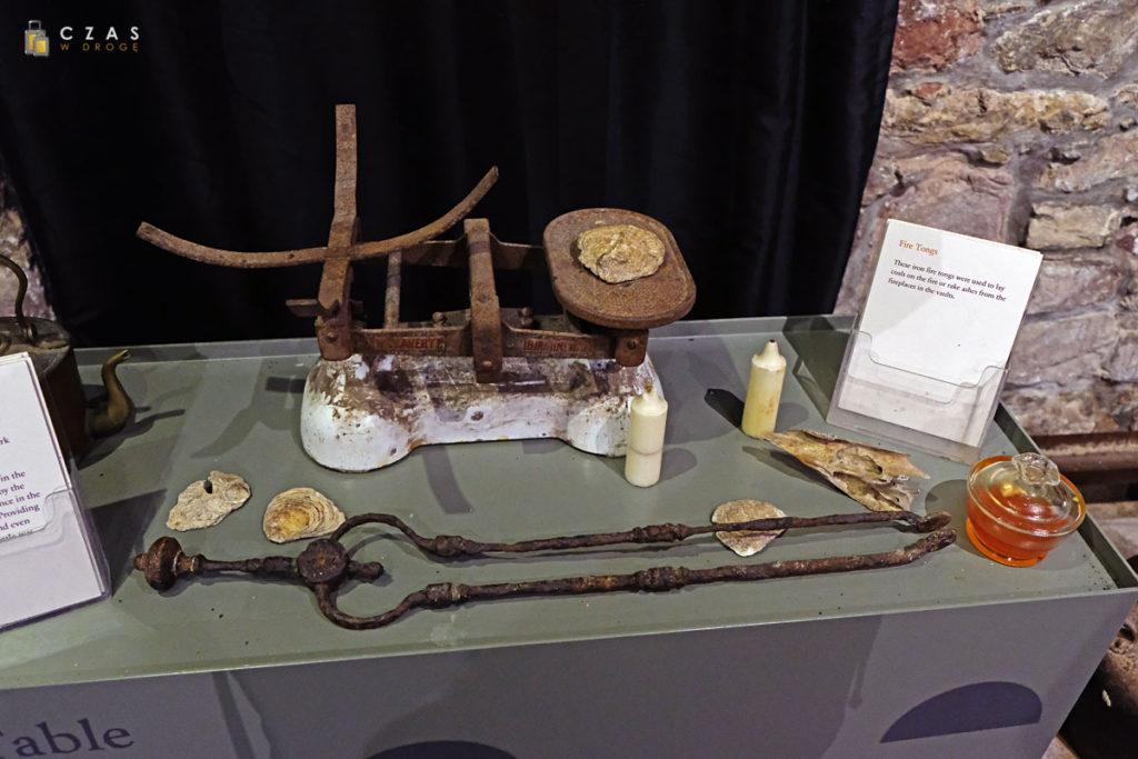 Fragment wystawy prezentującej przedmioty znalezione w trakcie oczyszczania podziemi