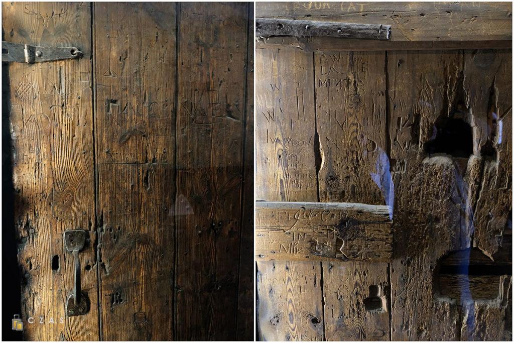 Drzwi z inskrypcjami więźniów w Więzieniach Wojennych
