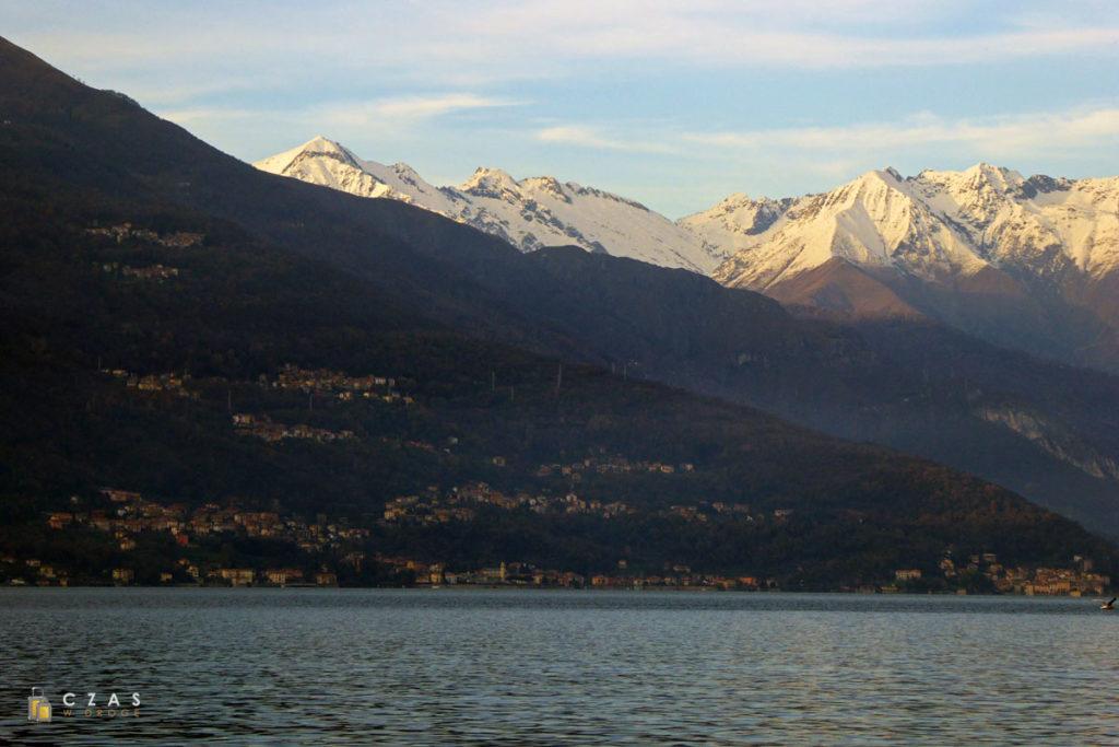 Widok z Varenny na ośnieżone szczyty