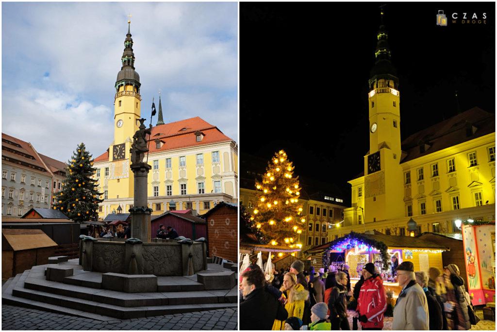 Dzienne i nocne spojrzenie na ratusz przy Hauptmarkt