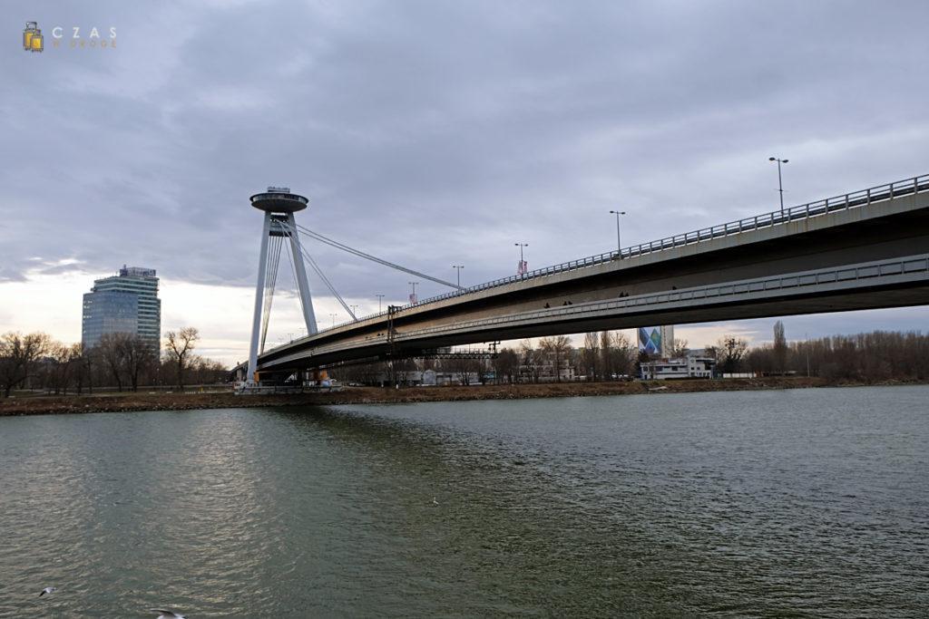 Most SNP widziany z nabrzeża Dunaju