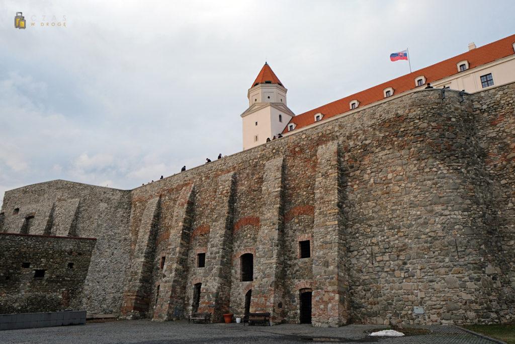 Widok na zamek z niższego poziomu