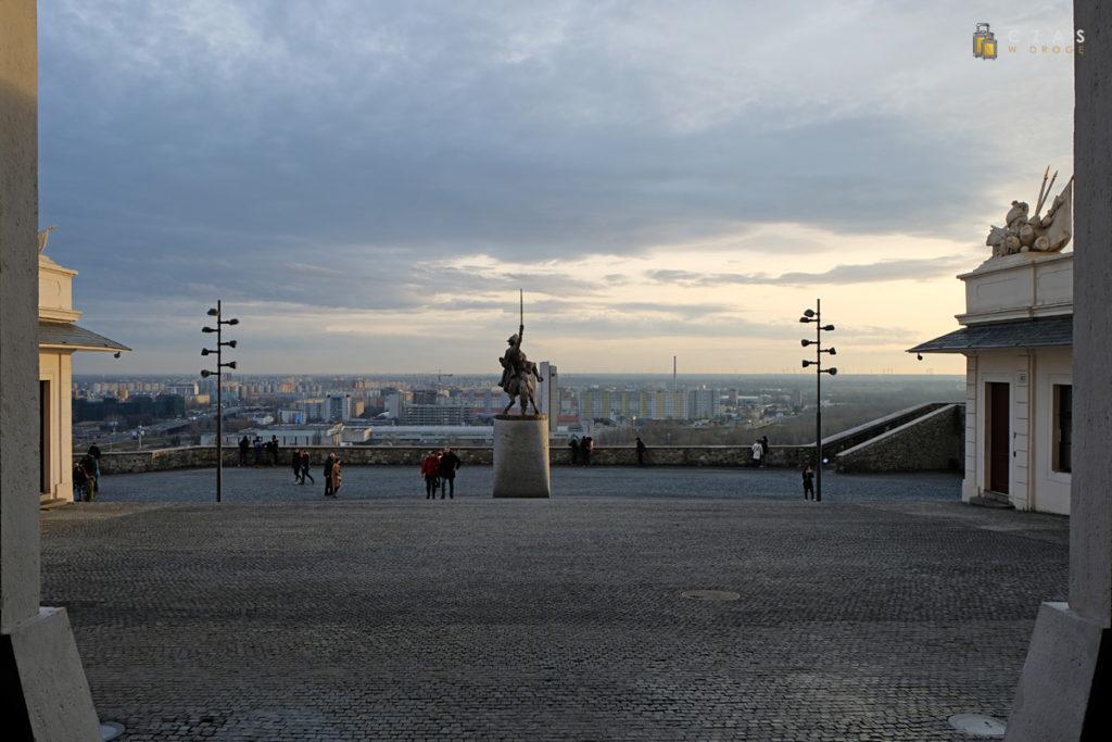 Widok z plac przez zamkiem i drugi brzeg Dunaju