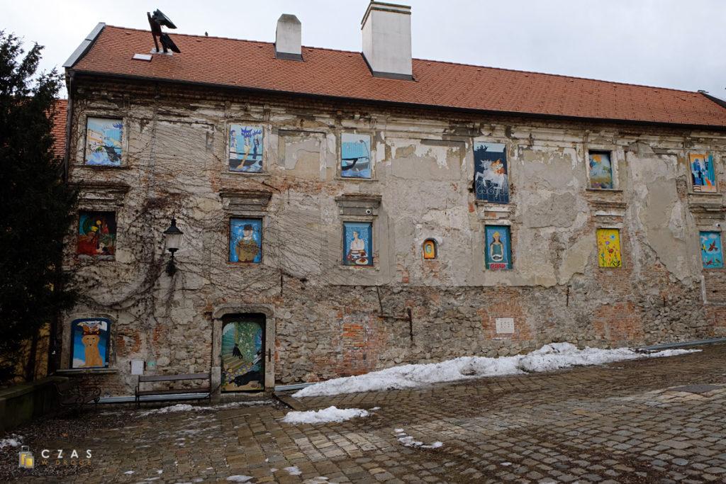 Ciekawie ozdobiony budynek przylegający do katedry