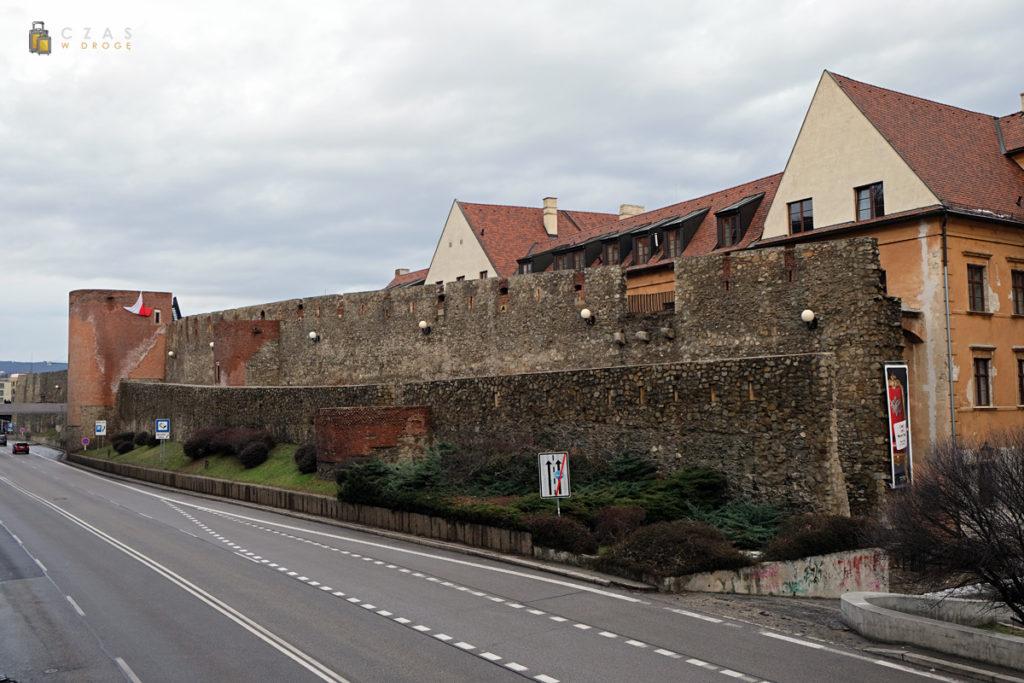 Fragmenty murów wzdłuż trasy Staromestskej