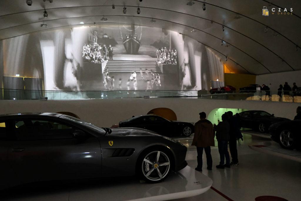 Film o historii firmy puszczany co kilkanaście minut na ścianie hali