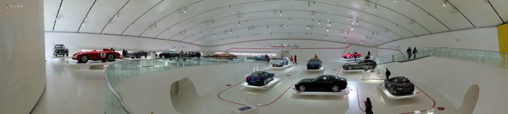 Panorama wystawy samochodów