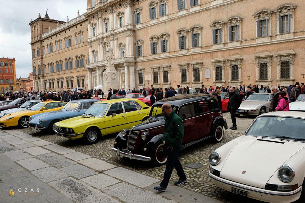 Pokaz zabytkowych pojazdów na Piazza Roma